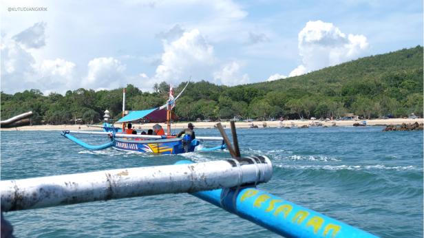 Ini gambar kalo mau ikutan jalan-jalan pakai perahu muterin pulau.