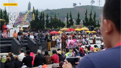 pemotongan rambut gimbal dieng culture festival (2)