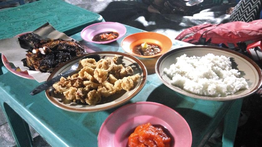 Makan malam di alun-alun karimun jawa